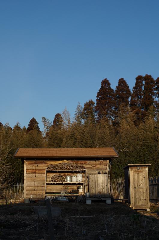 房総フィールド 小屋に映る朝陽