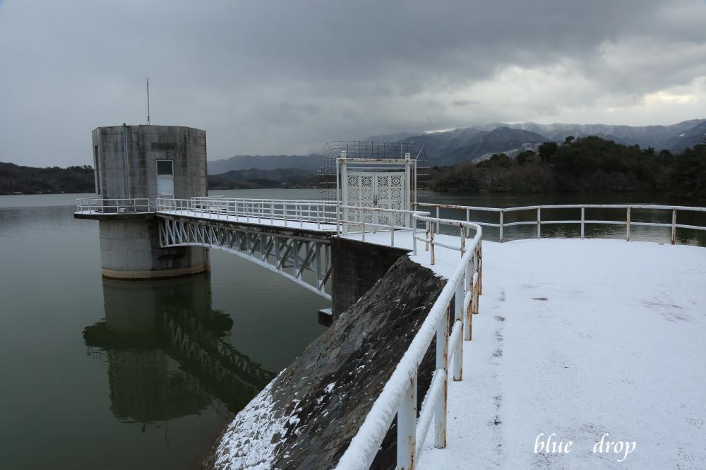 雪景色の取水塔