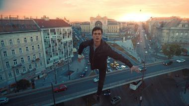 コーネル・ムンドルッツォ 『ジュピターズ・ムーン』 アリアン(ジョンボル・イェゲル)はなぜか空中浮遊する能力を獲得することになり……。