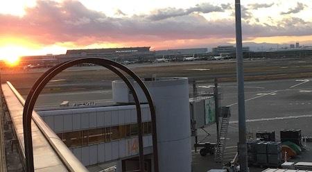 日本航空 羽田空港ダイヤモンド・プレミアラウンジ 夕焼け