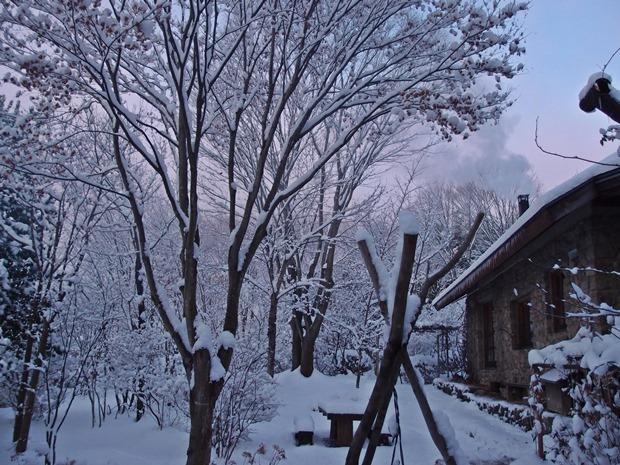 石積みの家の雪景色