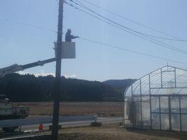 【写真】ベアハウス近くの電柱から電話線を引き込む工事の様子