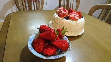 【写真】ポレポレ苺で飾ったバースデーケーキ
