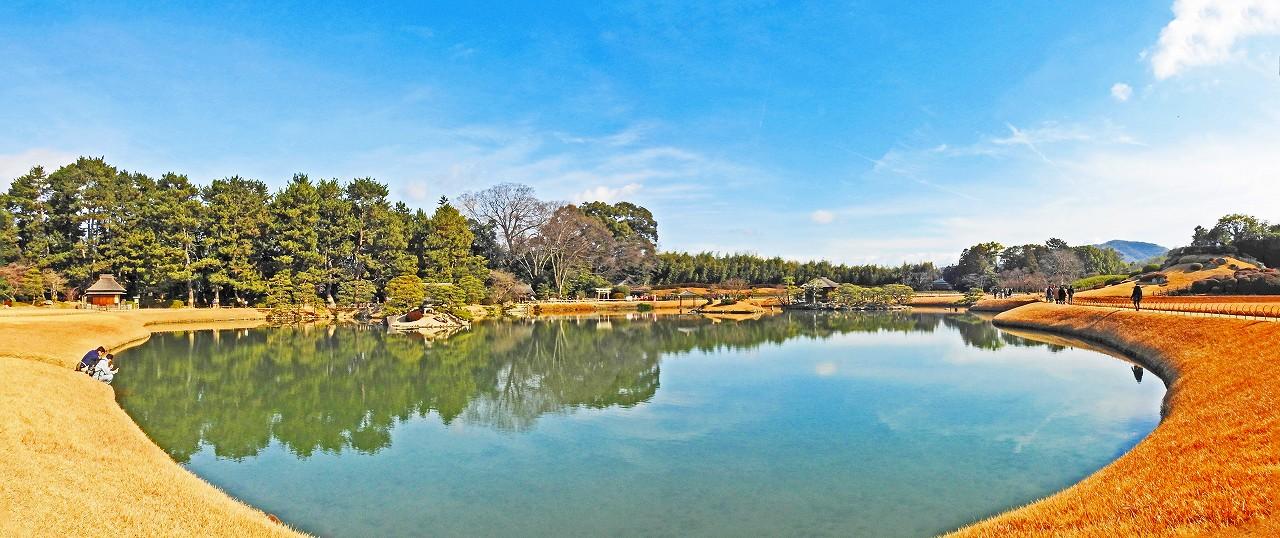 20180107 後楽園今日の穏やかな沢の池越しに眺めた園内ワイド風景 (1)