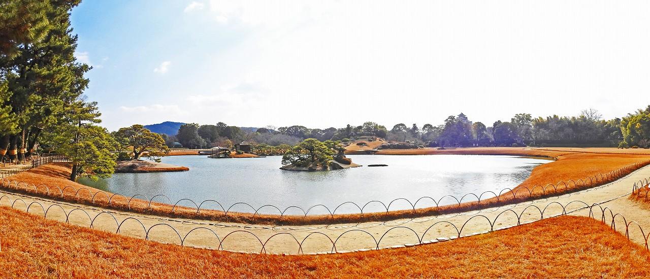 20180109 後楽園今日の寒翠軒の庭から眺めた園内沢の池ワイド風景 (1)