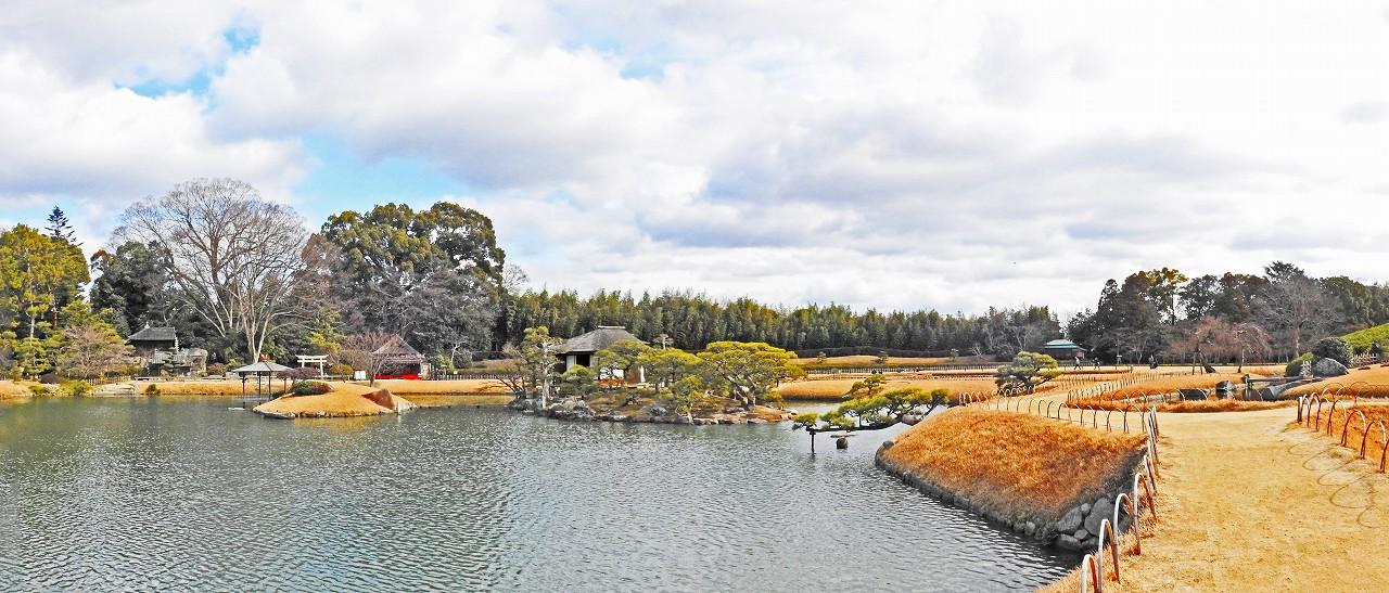20180203 後楽園今日の園内土橋付近から沢の池越しに眺めたワイド風景 (1)