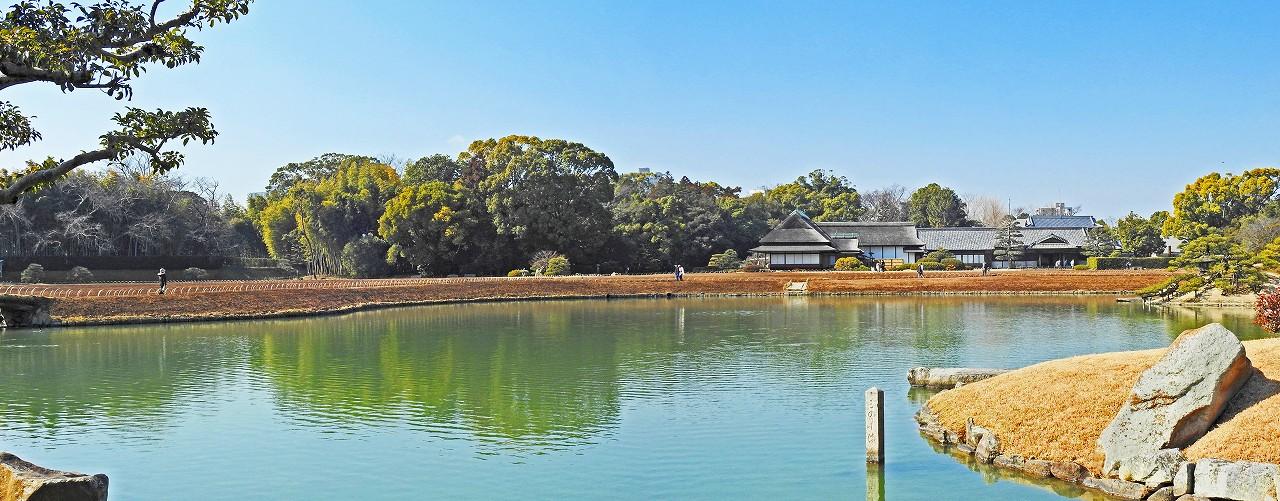 20180214 後楽園今日の沢の池中島から眺めた園内ワイド風景 (1)