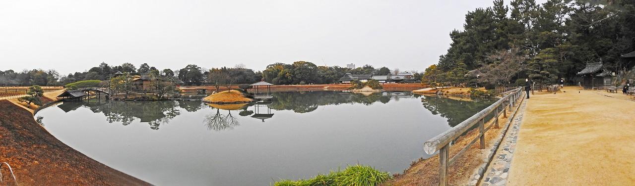 20180221 後楽園今日の菰焼前の沢の池越しに眺めた園内ワイド風景 (1)