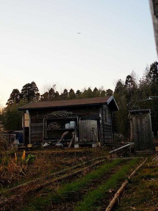 小屋と飛行機よ夕陽