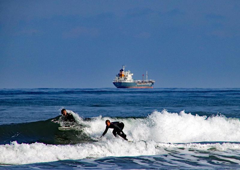 船とサーファー
