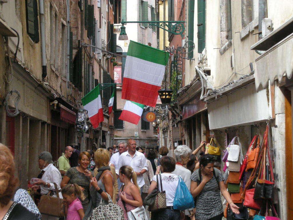 イタリア国旗が翻る