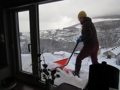 窓の下の雪かき