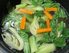 青梗菜とにんじんのスープ 調理①