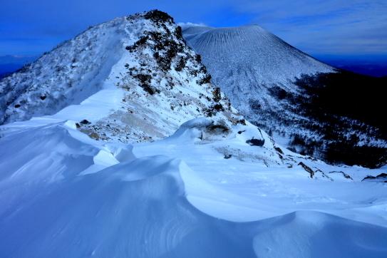 風紋雪面に浮かぶ仙人岳と浅間山