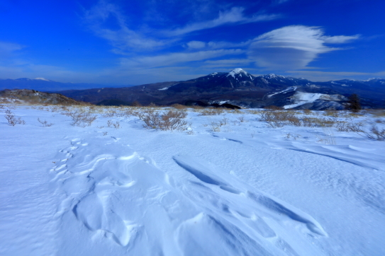 雲踊る蓼科・八ヶ岳と遠く浅間山