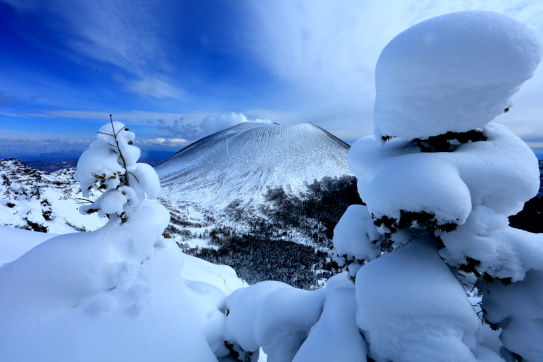 樹氷と噴煙吹き出す浅間山