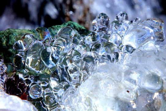 凍りつく水滴