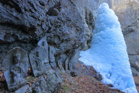 三滝山の石仏と氷瀑