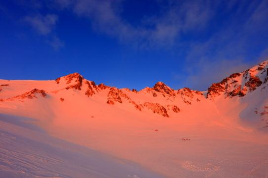 朝日に染まる朱色の宝剣岳