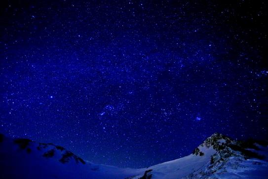 天の河を擁する星空と岩峰