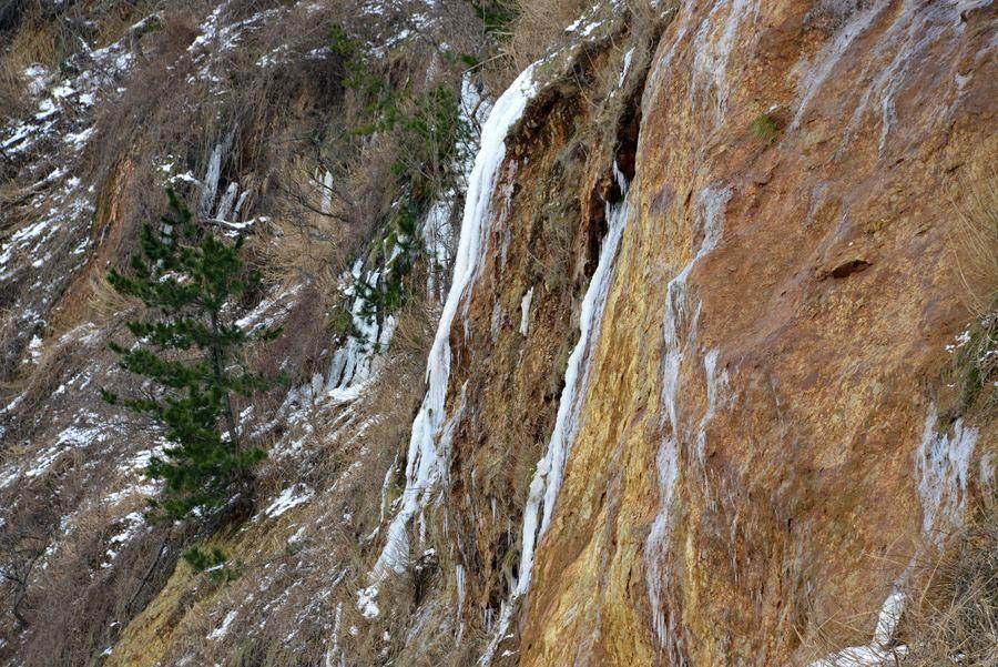 崖の氷柱-2