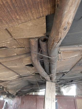 屋根の下地に段ボール・・。