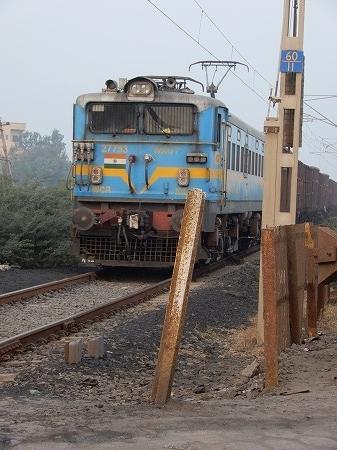 インドで初めて見る列車です。