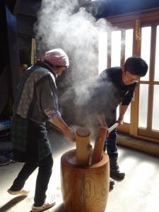 福島県石川町にある農園カフェ_やいこばあちゃん家にて餅つき&自然派味噌の仕込み体験a