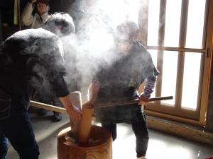 福島県石川町にある農園カフェ_やいこばあちゃん家にて餅つき&自然派味噌の仕込み体験b