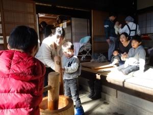 福島県石川町にある農園カフェ_やいこばあちゃん家にて餅つき&自然派味噌の仕込み体験d