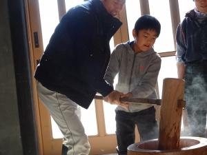 福島県石川町にある農園カフェ_やいこばあちゃん家にて餅つき&自然派味噌の仕込み体験e