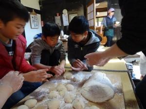 福島県石川町にある農園カフェ_やいこばあちゃん家にて餅つき&自然派味噌の仕込み体験g