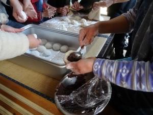 福島県石川町にある農園カフェ_やいこばあちゃん家にて餅つき&自然派味噌の仕込み体験h