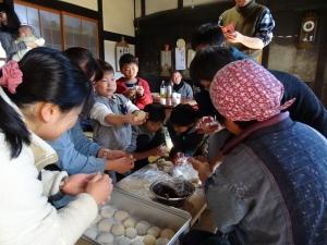 福島県石川町にある農園カフェ_やいこばあちゃん家にて餅つき&自然派味噌の仕込み体験i