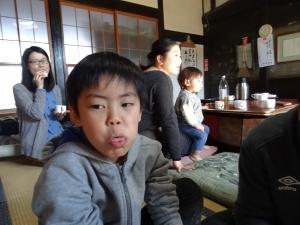 福島県石川町にある農園カフェ_やいこばあちゃん家にて餅つき&自然派味噌の仕込み体験j