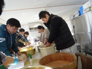 福島県石川町にある農園カフェ_やいこばあちゃん家にて餅つき&自然派味噌の仕込み体験q