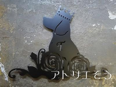 ビーグル犬+薔薇妻飾り