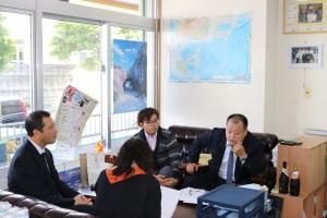 沖縄タイムスの取材を受ける(奥右より)宮平克哉CEO と宮平宗幸専務