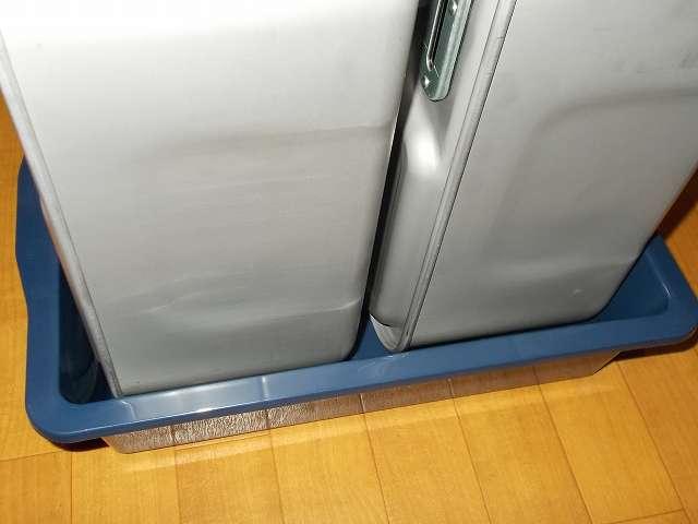 エーモン工業 オイル受皿 8L E199 にダイニチ カートリッジタンク(ワンタッチ汚れんキャップ付き) 9L 8123100 2台置いたところ