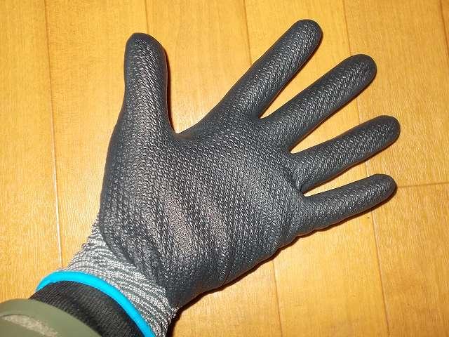 背抜き手袋のロングセラー 「グリップ」 シリーズ マイクロファイバー糸を採用し、手と手袋の一体感を高めた手袋 No.381 マイクログリップ Mサイズ 装着、マイクロファイバーの編み目を密にして肌への密着性を高め手袋内面のスベリ止め効果アップ、伸縮性に優れた糸をマイクロファイバーに組み合わせることで手のひらから指先までのフィット感をアップ、ニトリルゴムコーティングにより耐油性に優れ高いスベリ止め効果を発揮、従来の発泡ニトリルゴムコーティングの背抜き手袋に比べて耐摩耗性アップ、手のひらのコーティング部分には独自の S-press 仕上げ(SHOWA 独自の S 字パターンによるプレス加工)、発泡樹脂コーティングにより手のひら部分にも通気性を持たせムレを軽減、繊維部分は編み目が細かく縫い合わせのない独自の 13ゲージ・シームレス編み手袋、裾部分はほつれを防ぐオーバーロック加工