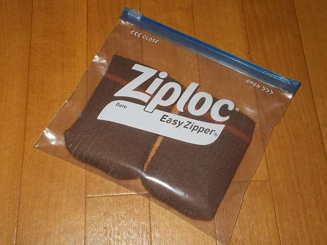 ジップロック イージージッパー M サイズに、旭電機化成 スマイルキッズ キズつきにくいイス脚カバー、テーブル脚カバーに入れた Zippo ジッポ ハンディウォーマーを入れて空気を抜きジッパーを閉めて燃焼を止める