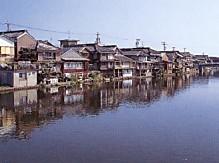 河崎川と街並み
