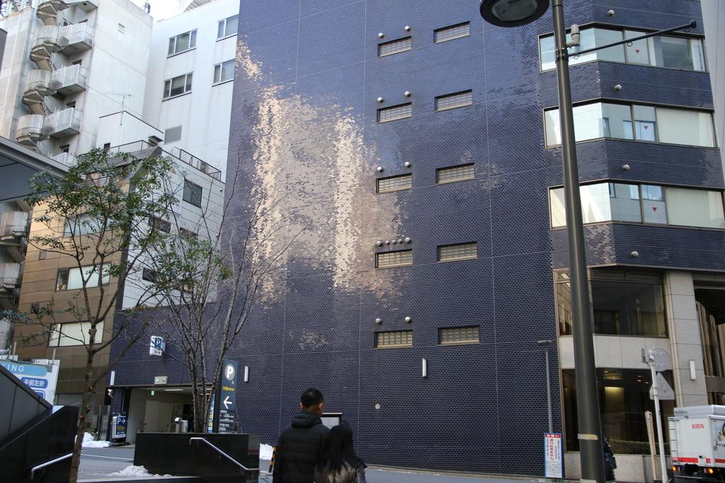 やや古いビルの外壁