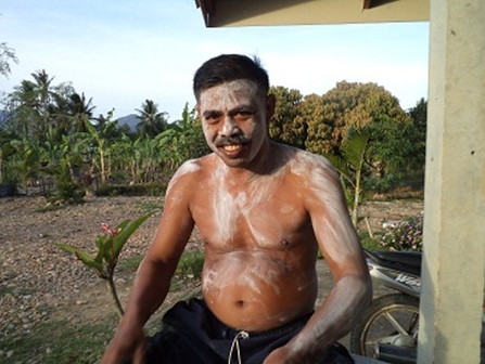 Thai people use powder on body (1)