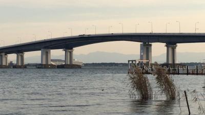 南風が吹き抜ける琵琶湖大橋(12月7日15時頃)