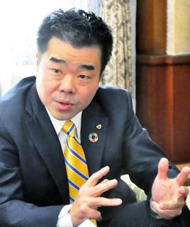 インタビューに答える三日月大造滋賀県知事