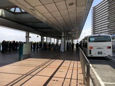 地下鉄コスモスクエア駅からイン徹す酢大阪へ向かうシャトルバス待ちの行列