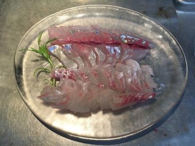 シマアジとマダイを刺身でもしゃぶしゃぶでもどちらでも食べられるように薄く大きく切りました