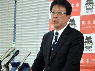 減給条例案が可決された議会後に記者会見する大西一史熊本市長