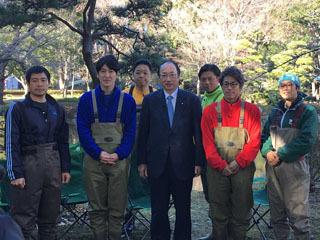 水抜き番組の収録現場を訪れた中川雅治環境大臣(中央)